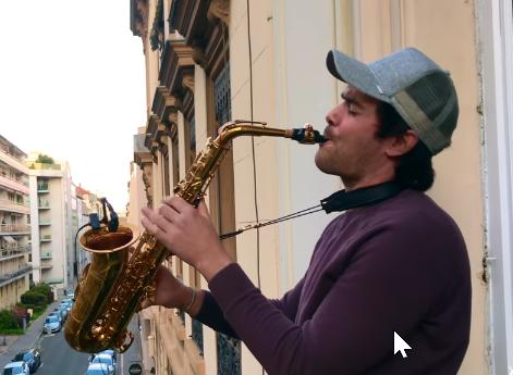 The rythm of the night saxo sur le balcon